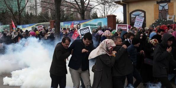 politie atac protestatari zaman