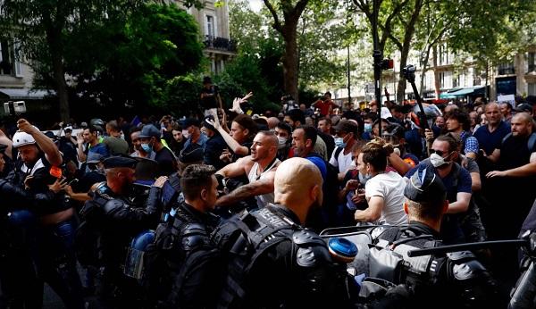 proteste franta permis sanitar